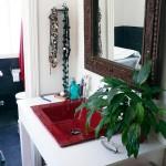 Armario en madera maciza para lavabo en cuarto de baño