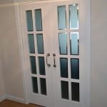 Puerta salón principal de la casa con cristales y palillería